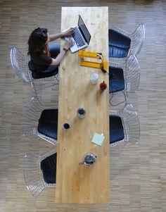 J'aime l'idée d'une table longue et relativement étroite. Peut-être pour l'espace cuisine? Coworking Space - Citizen Box, Paris, France - easy to replicate with ikea butcher block counter