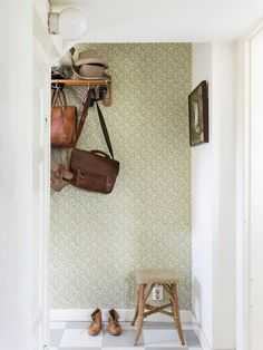 A pretty hallway with vintage wallpaper and chequered floor. Photo - Carina Olander. Styling - Johanna Flyckt Gashi.