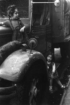 New York, ca. 1940 by Helen Levitt. S)