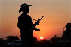 Autodefensas en Apatzingán escoltados por la PF. Foto: AP / Marco Ugarte
