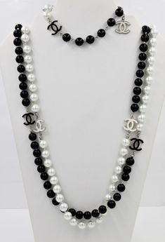 Excellent condition and a fun set with the replicated monogram of Coco Chanel although this is not authentic and is simply inspired by the designer The necklace measures and weighs Pearl Necklace Outfit, Chanel Pearl Necklace, Chanel Pearls, Summer Necklace, Chanel Jewelry, Jewelery, Fashion Jewelry, Beaded Necklace, Bead Jewellery