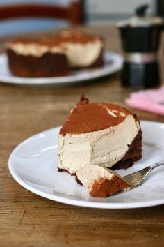 torta cremosissima al caffè senza cottura, un dolce al cucchiaio cremosissimo con una base al cacao e una vellutata crema al caffè ♦๏~✿✿✿~☼๏♥๏花✨✿写☆☀🌸🌿🎄🎄🎄❁~⊱✿ღ~❥༺♡༻🌺<SA Jan ♥⛩⚘☮️ ❋ Italian Cake, Italian Desserts, Italian Recipes, Italian Diet, Torte Cake, Cake & Co, Sweet Recipes, Cake Recipes, Dessert Recipes