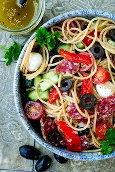 Einfacher Spaghetti-Salat mit Salami, Oliven und Gurke von Gaumenfreundin. #spaghettisalat Pasta, Ethnic Recipes, Food, Vegetarian Recipes, Healthy Recipes, Grilled Bell Peppers, Picnic Foods, Essen, Meals
