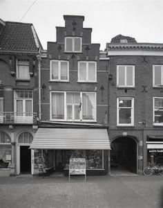 De platenwinkel Max van Praag's Platenspeciaalhuis op de Steenweg 35, 1974.