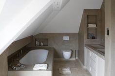 Voorbeeld kleine badkamer onder schuin plafond in beton- look