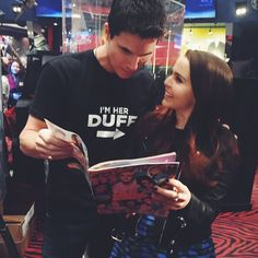 Robbie Amell and Mae Whitman are busy promoting their movie #TheDuff, but they took some time out to read their fave magazine! ;)