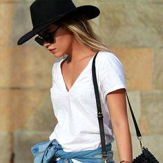 Look com t-shirt branca + chapéu.