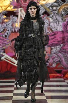 See all the Collection photos from Dilara Findikoglu Spring/Summer 2018 Ready-To-Wear now on British Vogue Dark Fashion, Gothic Fashion, Fashion Art, Fashion Brands, High Fashion, Luxury Fashion, Fashion Show, Fashion Design, Steampunk Fashion
