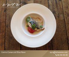 Pescado de anzuelo con infusión de parmesano y tomate seco - Fresh-caught fish with Parmesan cheese and tomato sauce.