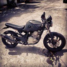 Piloto do café da Colômbia #caferacer #instamotor #yamaha # Fazer250 #instabike #colombia #cucuta Yamaha 250, Scrambler, Decal, Motorcycle, Vehicles, Tattoo, Pilots, Custom Motorcycles, Motorcycles
