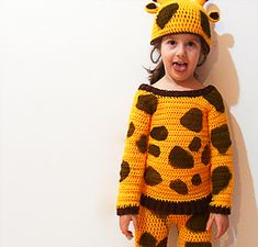 Crochet giraffe costume - free pattern. The webpage is written in italian language, please jump to the end of the article to read the pattern download instructions (in english) and a few more informations.
