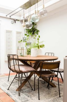 Dinner room with beautiful glass lights, round table, industrial chairs and plants - VTwonen Living Room Inspiration, Home Decor Inspiration, Dinner Room, Happy House, Dining Room Design, Dining Rooms, Autumn Home, Cozy House, House Tours