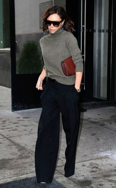 Victoria Beckham from The Big Picture: Today's Hot Photos NYFW rush! The f… Victoria Beckham from The Big Picture: Today's Hot Photos NYFW rush! The fashion designer is seen leaving her office. Victoria Beckham Outfits, Victoria Beckham Stil, Victoria Beckham Fashion, Victoria Fashion, Fashion Moda, Fashion 2017, Trendy Fashion, Fashion Trends, Womens Fashion