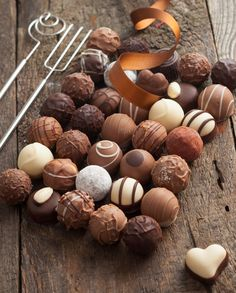 Luxury Handmade Chocolate Bonbon Assortment Of Delicious Decorative Round Chocolates Chocolate Bonbon, Chocolate World, Ghirardelli Chocolate, Chocolate Delight, Chocolate Sweets, Chocolate Shop, Chocolate Gifts, Chocolate Truffles, Chocolate Lovers