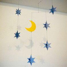 ありそうでなかった「星と月」のモビール。 星は広げると立体になります。  影がとてもきれいに出ますので、間接照明など当てて楽しんでください。 子ども部屋に飾ってもかわいいですね。  たくさん吊って宇宙遊泳してみるのもステキかも!