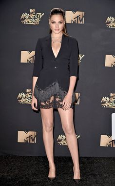 Gal Gadot from 2017 MTV Movie & TV Awards: Best Dressed Stars Superwoman has got legs for days! We are loving the fringe and lace detailing at the bottom of this menswear-inspired look. Mtv, Gal Gardot, Non Plus Ultra, Gal Gadot Wonder Woman, Tv Awards, Awards 2017, Celebs, Celebrities, Sexy Legs