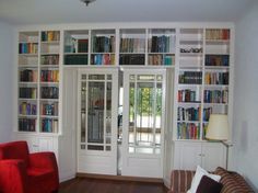 ensuite met kastruimte boven deuren Kan in achterkamer Bookshelves, Bookcase, Room Interior, Interior Ideas, Home Living Room, Sunroom, Sliding Doors, Storage Solutions, Crib