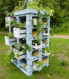 Old Pallets Ideas 43 Gorgeous DIY Pallet Garden Ideas to Upcycle Your Wooden Pallets - Need a cheap garden bed or planter that can be used either for vertical and horizontal gardening, but still looks good? Try these 43 pallet garden ideas. Vertical Pallet Garden, Wood Pallet Planters, Pallet Crates, Wooden Pallet Furniture, Old Pallets, Wooden Pallets, Pallet Wood, Diy Wood, Pallet Gardening