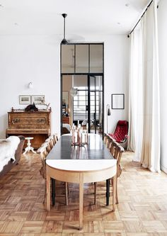This eight-floor apartment in Cape Town is housed in an Art Deco building dating back to The enormous black steel-framed windows, high ceilings and parquet flooring are a great back drop to this Zeitgenössisches Apartment, Apartment Design, Elegant Dining Room, Contemporary Apartment, Modern Contemporary, Small Apartments, Small Spaces, Living Spaces, Room Decor