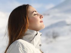 Many people have difficulty getting enough air through the nose and breathe primarily through the mouth. Mouth breathing can cause problems such as snoring, dry mouth, sleep problems and fatigue. Yoga Benefits, Health Benefits, Home Remedies For Snoring, How To Control Anger, Ard Buffet, Step Program, Snowy Mountains, Detox Your Body, Sugar Detox