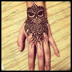 Love this henna owl Henna Tattoos, Henna Ink, Henna Body Art, Henna Tattoo Designs, Mehndi Designs, Body Art Tattoos, Tattoo Ideas, Mini Tattoos, Finger Tattoos