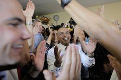 Groom Mahmoud Mansour, 26, celebrates with friends and family before his wedding to bride Maral Malka, 23, in Jaffa, south of Tel Aviv | La polémica boda entre una israelí y un palestino en Tel Aviv - Yahoo Noticias España