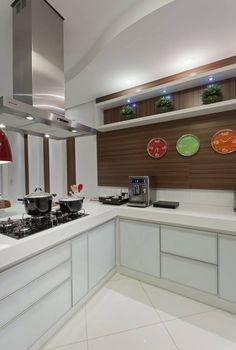 Cozinha branca e amadeirada com península-linda!