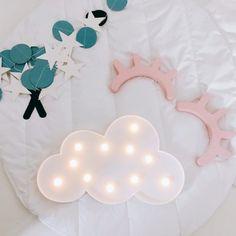 Essa luminária decorativa pode ser utilizada em parede ou mesa para decoração de sua casa ou em festas com temas relacionados a bebê ou nuvem.  #leddenuvem #Lumináriabonita #Lumináriademesa #Lumináriadenuvem #Lumináriadeparede #Lumináriadequarto #Lumináriadecorativa #Lumináriafofa #Lumináriaformatodenuvem #Lumináriainstagram #Luminárialed #Luminárianuvem #Lumináriapinterest #Luminária #Lumináriasfamosas #Luminárias #nuvemcomled #nuvemcomluz #nuvemtumblr #parededenuvens #nuvembrancaparede