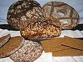 Reikäleipä — Wikimedia Commons 5 types of Finnish rye bread (top to bottom/left to right): limppu, reikäleipä, loaf, reissumies and hapankorppu  5 типов финской ржаного хлеба (сверху / снизу слева направо): limppu, reikäleipä, хлеб, reissumies и hapankorppu