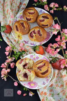 Briose cu capsuni - CAIETUL CU RETETE Doughnut, Gem, Muffins, Cupcakes, Breakfast, Desserts, Food, Morning Coffee, Tailgate Desserts