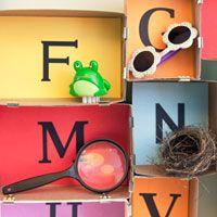 'Lettermuseum' Dozen met daarin een letter. Spulletjes bij de letter verzamelen. Leuk idee!
