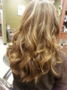 Golden blonde and copper hair color long loose curls. Golden blonde and copper hair . Blonde High, Golden Blonde Hair, Blonde Hair With Highlights, Blonde Color, Hair Color, Long Loose Curls, Loose Curly Hair, Long Curly, Curly Hair Styles