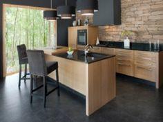 Cuisine en chene massif teintes noires ambiance - Cuisine chaleureuse contemporaine ...