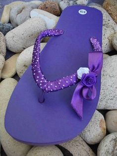 Margarete Arts Crafts: Summer Decorated Flip Flops This is a great idea to brighten up basic flip flops! Mens Flip Flops, Leather Flip Flops, Flip Flop Shoes, Ribbon Flip Flops, Flip Flop Craft, Decorating Flip Flops, Beaded Shoes, Decorated Shoes, All Things Purple