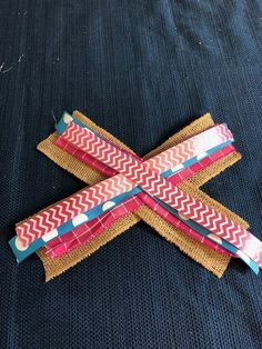 Easy Bow Making Tutorial - simple and pretty bow Learn how to make a bow the easy way! This bow is great for gifts, door hangers, hair bows, and wreaths and is is super easy to make! Diy Bow, Diy Hair Bows, Diy Ribbon, Ribbon Crafts, Wreath Crafts, Diy Wreath, Ribbon Bows, Ribbons, Burlap Bows