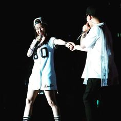 Hold my hand and don't let go. With you, I can face the future without any fears.  Happy Monday everyone!! ❤️❤️❤️ #SongJiHyo #kanggary #mondaycouple #runningman #송지효 #런닝맨 cr is on photo