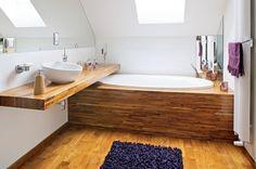 <p>Aranżacja łazienki na poddaszu jest wygodna i nowoczesna. Łazienka jest bardzo przytulna, dzięki zastosowaniu drewna do wykończenia podłogi i obudowy wanny. Drewno jest nawet na podłodze brodzika. Jeśli chcesz mieć drewno w łazience, sprawdź o czym musisz wiedzieć, by łazienka służyła w niezmienionym stanie przez długie lata.</p>