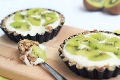 Yes, de kiwi's zijn weer helemaal in het seizoen! En vandaag zijn ze de ideale topping voor dit healthy baksel. Met maar 6 ingrediënten zet jij deze heerlijke