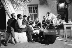 Photo d'actualité : Singer Leonard Cohen with friends in Hydra,...