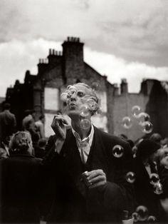 Homme aux bulles de savon, Petticoat Lane, Middlesex Street, Whitechapel, 1950 (Izis Bidermanas)