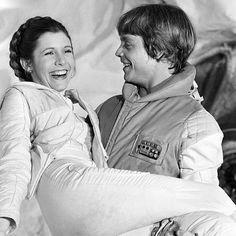 Galeria - Instagram - Star Wars - Carrie Fisher e Mark Hamill: Mark Hamill carregando Carrie Fisher, que interpretava a Princesa Leia, nos bastidores da gravação do segundo filme da primeira trilogia, O Império Contra-Ataca.