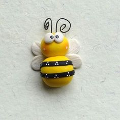 a clay honey bee charm polymer clay Polymer Clay Magnet, Clay Magnets, Polymer Clay Kunst, Polymer Clay Figures, Polymer Clay Animals, Fimo Clay, Polymer Clay Projects, Polymer Clay Charms, Polymer Clay Creations