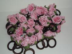 Anel de Guardanapo Na Cor Rosa <br>Rosa de E.v.a e base de arame verde encapado.
