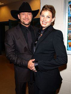 Tim McGraw and Faith Hill celebrate their wedding anniversary this month, so what better time to look back on their amazing romance? Male Country Singers, Country Love Songs, Country Music, Country Artists, Tim Mcgraw Family, Tim And Faith, Tim Mcgraw Faith Hill, Wedding Anniversary Photos, All About Taylor Swift