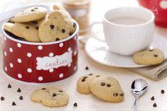 I biscotti con gocce di cioccolato sono dei golosi frollini  arricchiti con tante gocce di cioccolato fondente.