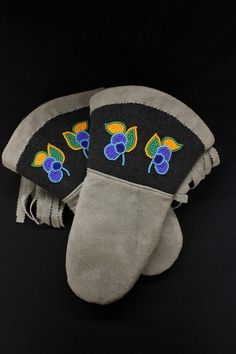Janet Sofea Women's Grey Hide Gauntlet with Blue Floral Beadwork - Kitigan Native American Artifacts, Native American Beadwork, Native Style, Native Art, Embroidery Flowers Pattern, Flower Patterns, Sewing Leather, Leather Craft, Indian Beadwork