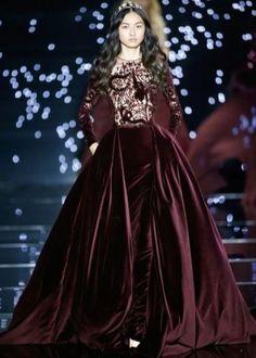 Красивое бархатное платье винного цвета