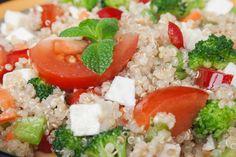 La salade santé aux légumes et quinoa est un bon plat Méditerranéen Nutrition, C'est Bon, Cobb Salad, Sweet, Food, Salads, Lemon, Mediterranean Dishes, Mediterranean Recipes