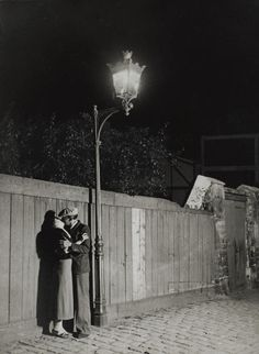 Couple d'amoureux sous réverbère, quartier Italie, =) 1932, Brassai.