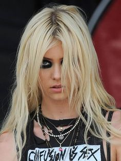 Taylor Momsen Rocks Clear Hooker Heels Stuffed With Dollar Bills Estilo Taylor Momsen, Taylor Michel Momsen, Jenny Humphrey, Pretty Reckless, Cindy Lou, Princesa Punk, Taylor Momson, Taylor Swift, Heavy Metal Girl